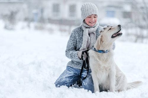 mit-Hund-im-Schnee